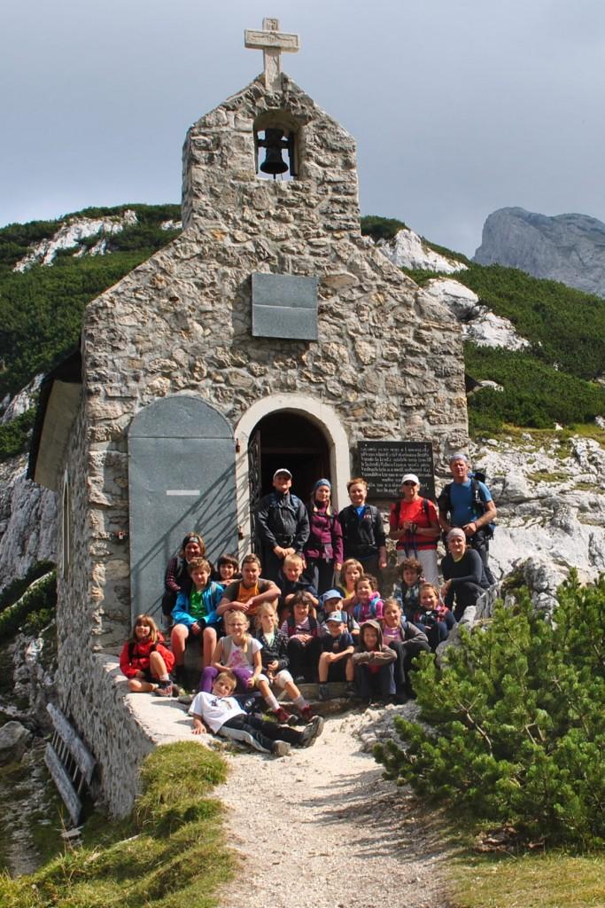 Skupina vseh štiriindvajsetih osvajalcev Korošice pri kapelici na Molički planini