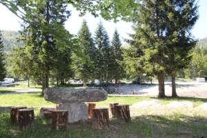 Kamnita miza na tabornem prostoru
